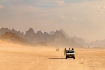 Samochodem przez Wadi Rum, Jordania