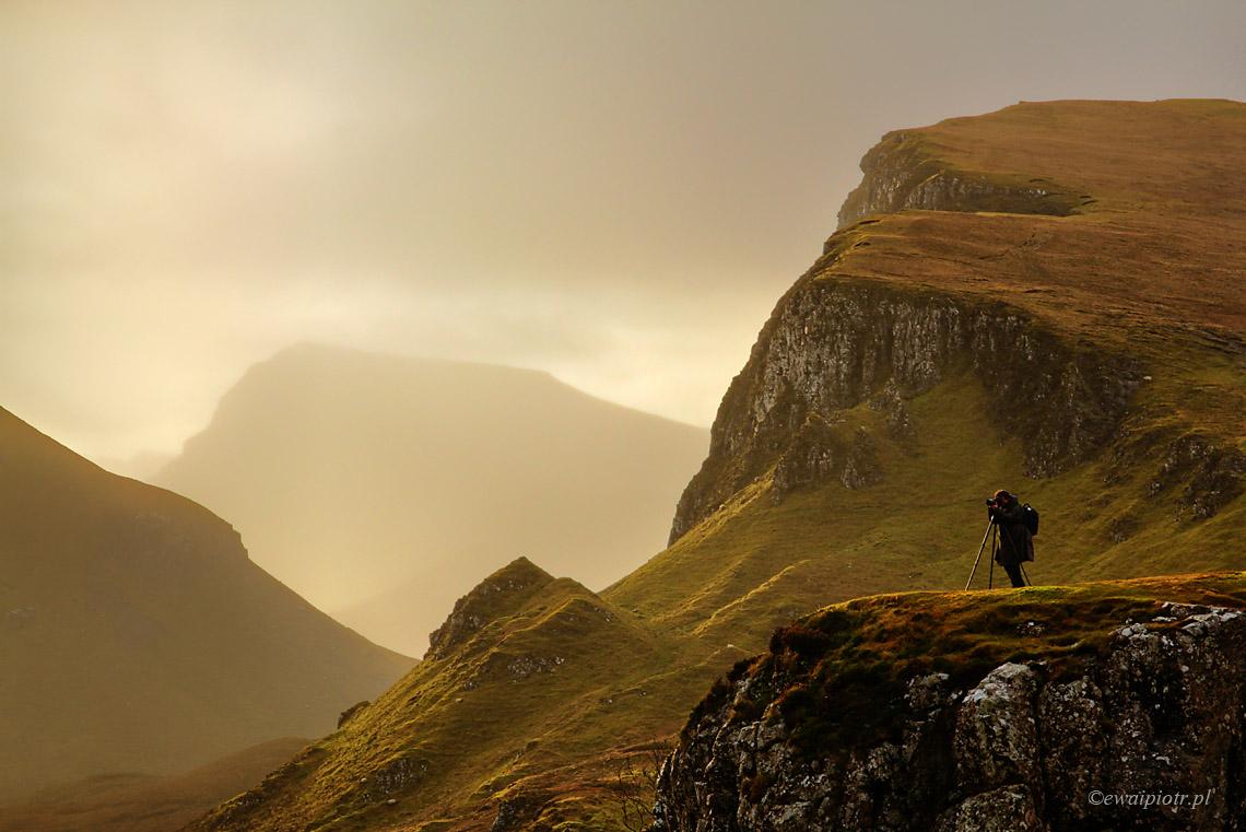 Fotograf w górach Quiraing, fotowyprawa faq, Szkocja, warsztaty fotograficzne