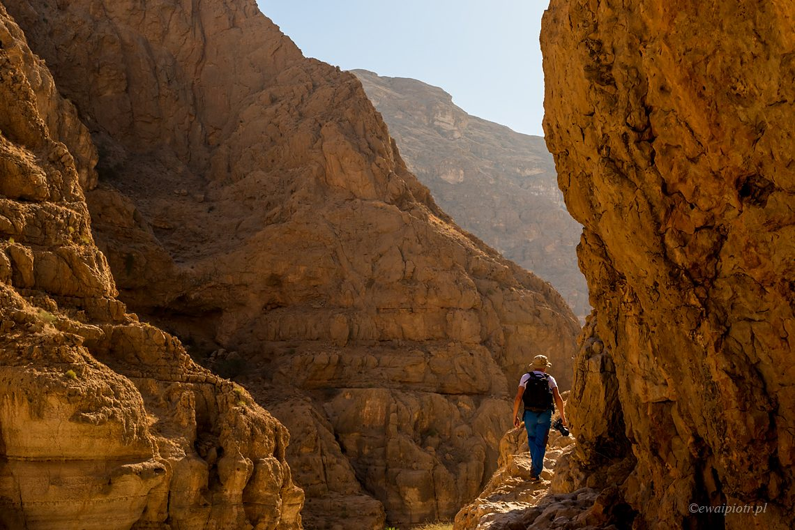Fotograf w skalnym wąwozie, Oman, jakie warsztaty fotograficzne