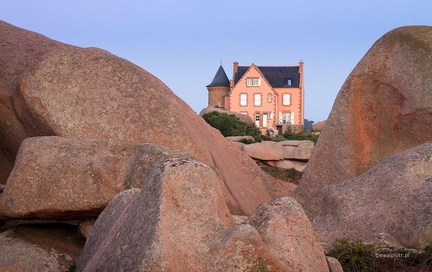 Skały Men Ruz i różowy domek, Bretania fotowyprawa