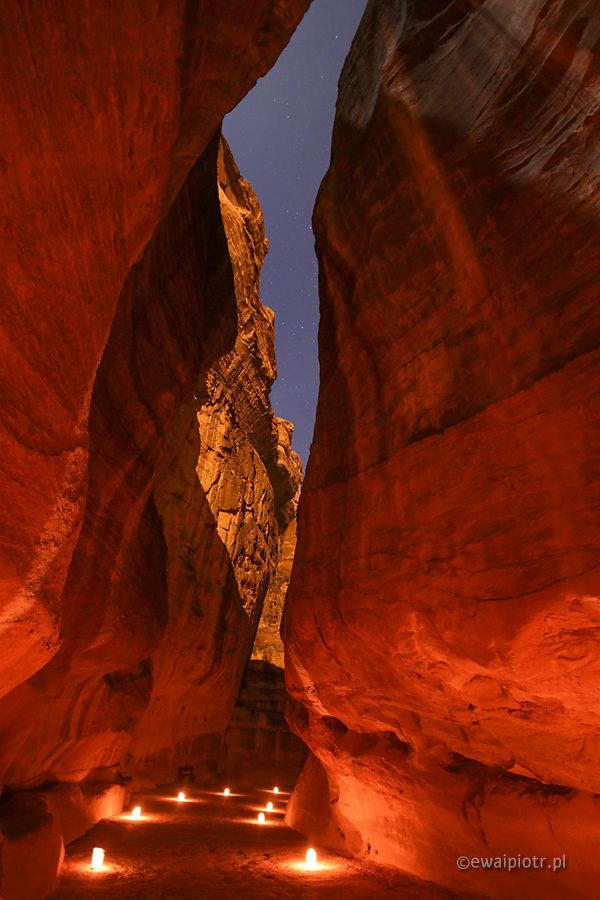 Petra by night, Jordania, nocny pokaz w Petrze, lampki w wąwozie Siq