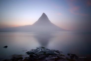Góra Kirkjufell we mgle, Islandia