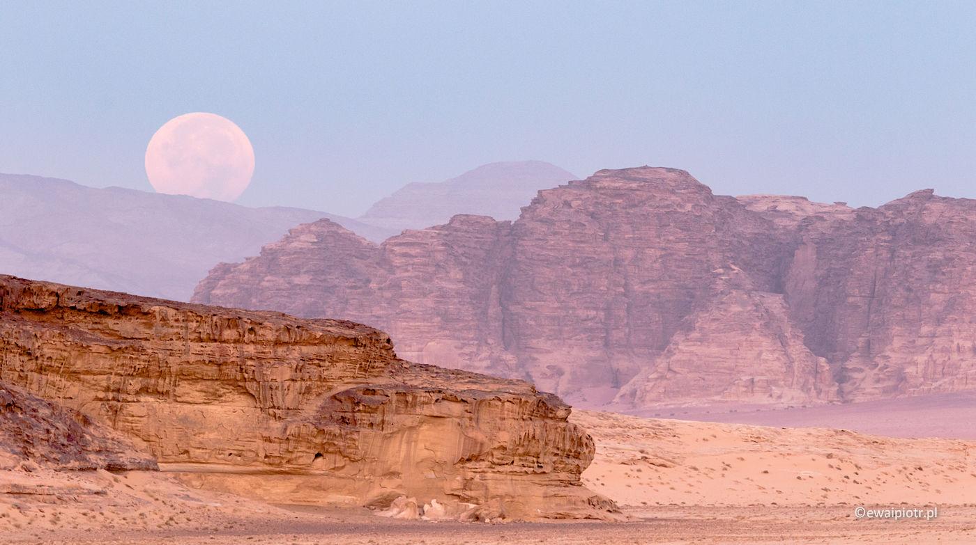 Zachód Księżyca nad pustynią Wadi Rum, fotowyprawa do Jordanii