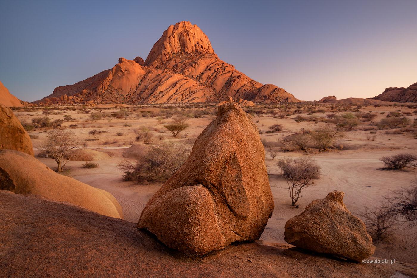 Poranek przy górze Spitzkoppe, Namibia fotowyprawa