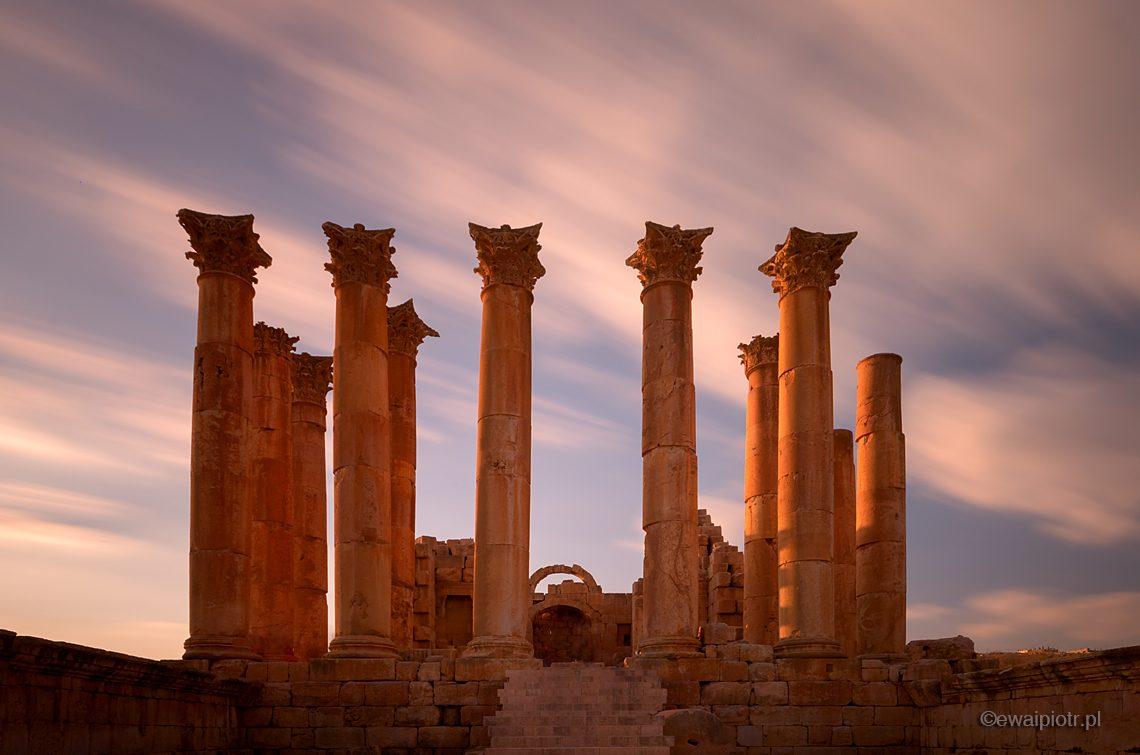 Dżerasz i pędzące chmury, długa ekspozycja, Jordania, warsztaty fotograficzne