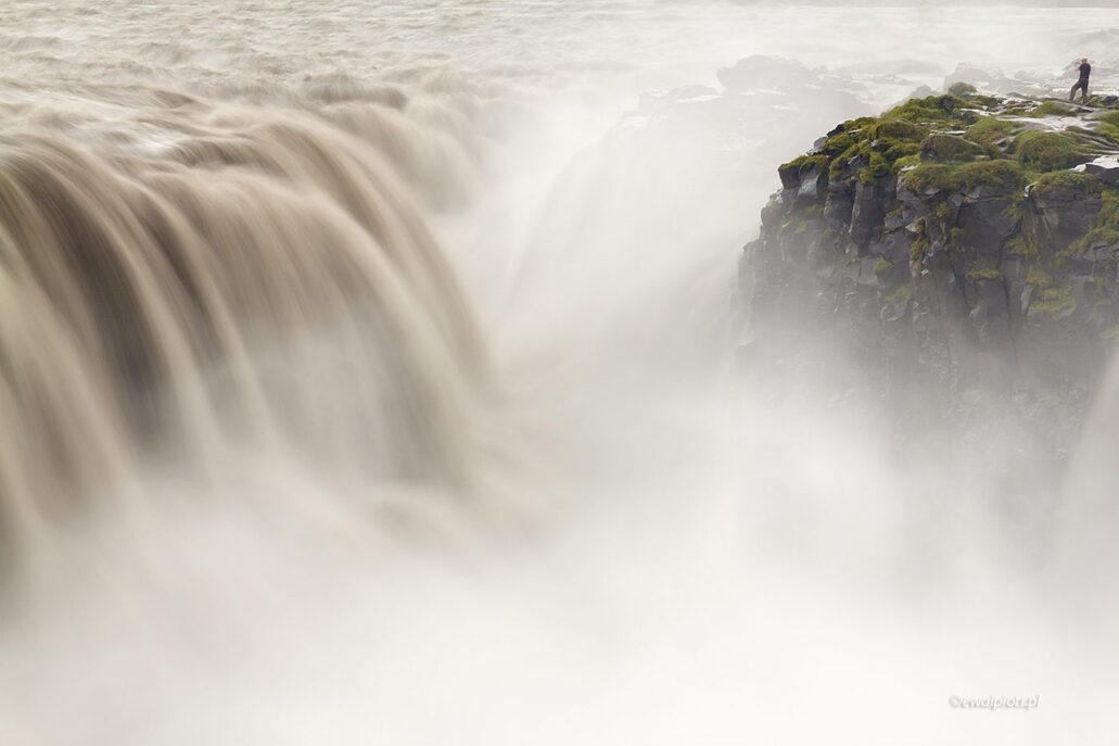 Dettifoss - człowiek wobec żywiołu, wodospad, Islandia, długi czas naświetlania