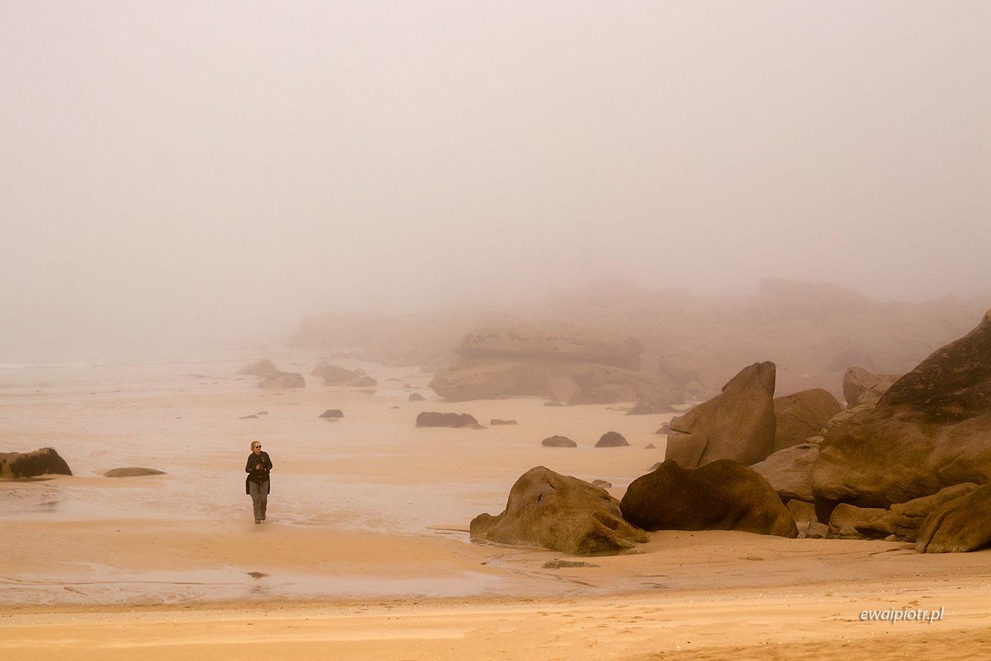 Kamienie i odbicia, Bretania, spacer po plaży, foto wyprawa