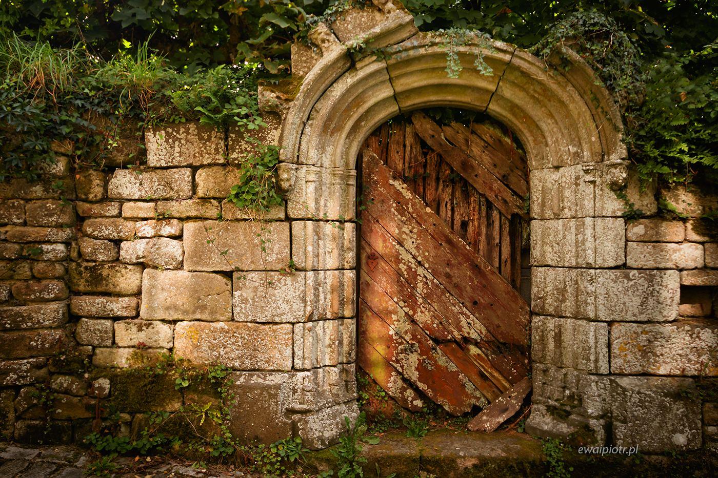 Kamienny mur, drewniane drzwi, Locronan, Bretania, fotowyprawa