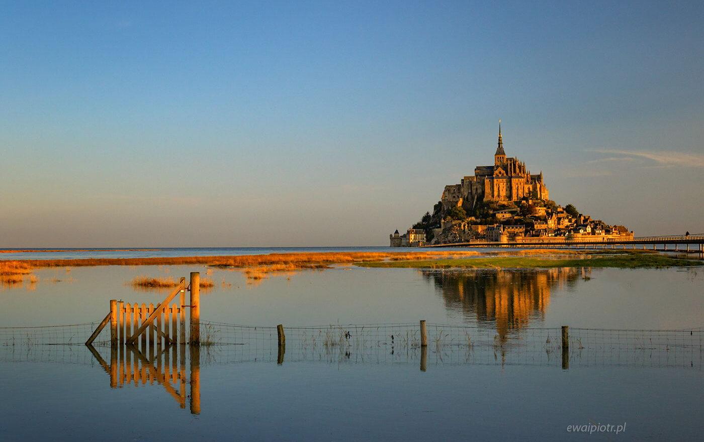Mont Saint Michel i przypływ, Bretania, odbicie w wodzie, fotowyprawa, wschód słońca