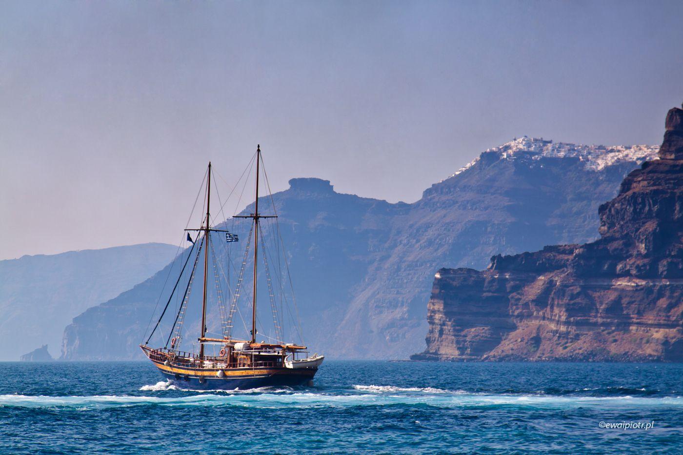 Żaglowiec pod urwiskiem, Santorini, fotoekspedycja