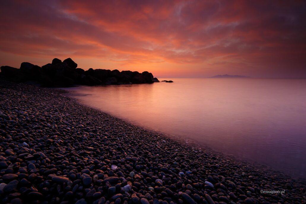 Wschód słońca nad kamienną plażą, Santorini, warsztaty fotograficzne