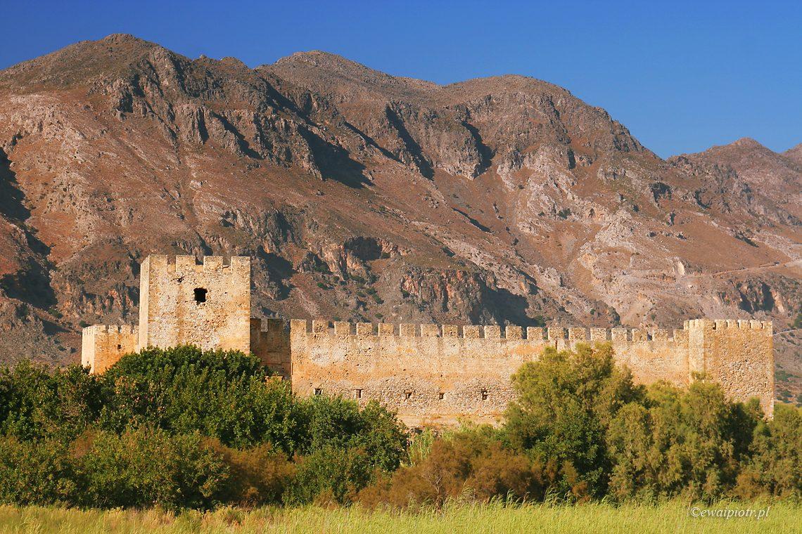 Frangokastello - ruiny twierdzi na tle gór, Kreta, przewodnik fotograficzny