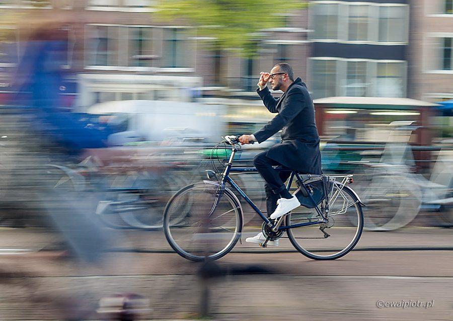 Rowerzysta w pędzie, ruch na fotografii, poradnik panoramowania
