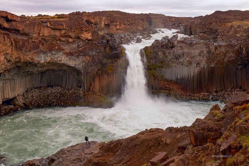 Aldeyjarfoss i człowiek, najładniejsze wodospady Islandii