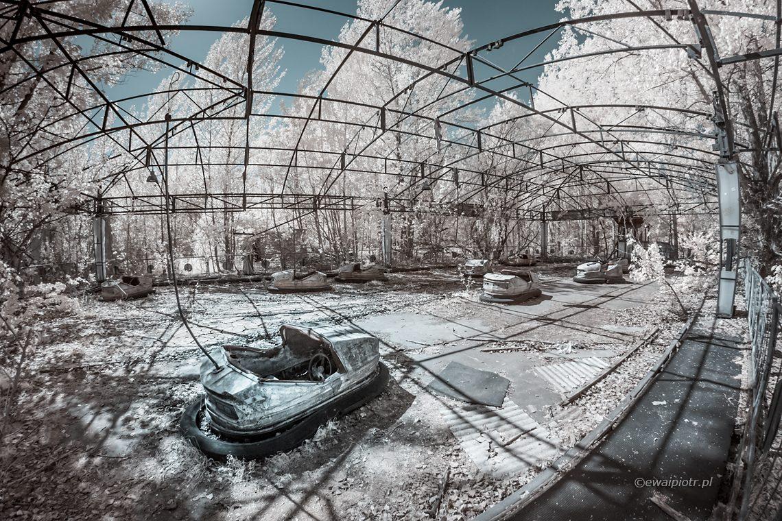 Wesołe miasteczko w Prypeci, fotografia podczerwona, ruiny, urbex