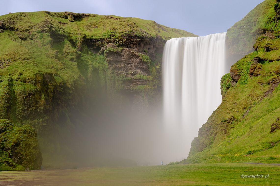 Wodospad Skogafoss, długa ekspozycja, Islandia, rozmyta woda