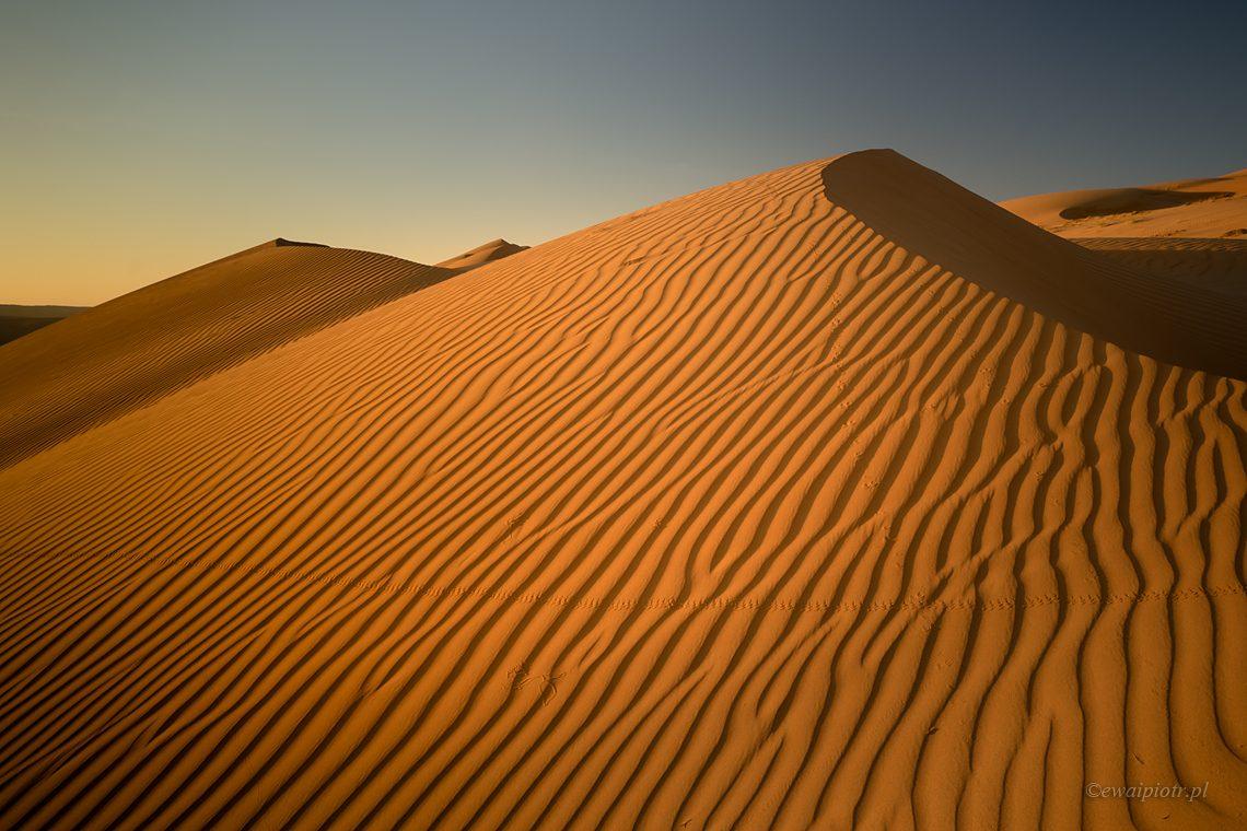 Wydmy, fale na piasku, jak fotografować obiektywem szerokokątnym