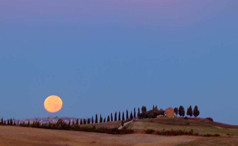 Księżyc nad San Quirico d'Orcia, MLU