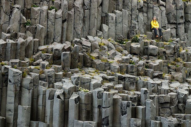 Gdzie umieścić postać, poradnik kompozycji, Islandia, bazaltowe kolumny, dziewczyna w żółtej kurtce