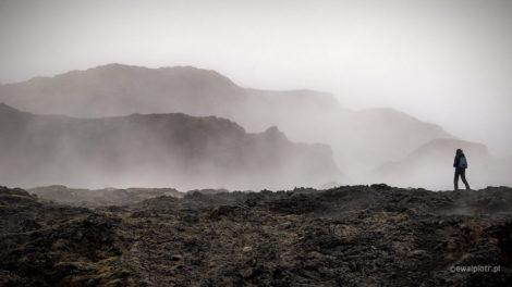 pole lawy, samotny człowiek, kompozycja zdjęcia, mgła, Islandia