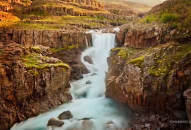 Wodospad Sveinsstekksfoss, Islandia, HDR, prawdziwa fotografia co to jest