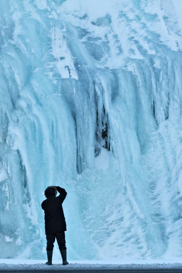 W gumowcach pod lodospadem, Islandia - fot. Tomek Lemiech