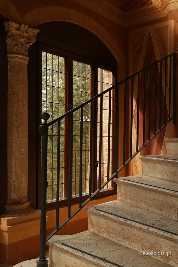 Schody i okno, jak fotografować wysoki kontrast