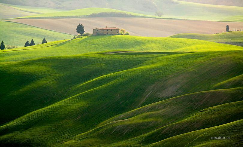Willa na wzgórzu, Toskania, teleobiektyw do krajobrazu Toskanii, jaki sprzęt fotograficzny