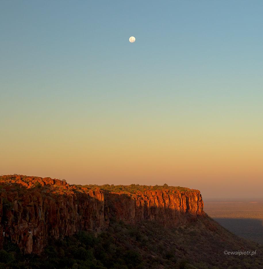 Waterberg, Namibia, księżyc nad płaskowyżem, co fotografować w Namibii