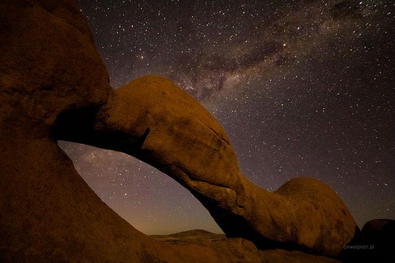 Łuk skalny i gwiazdy przy Spitzkoppe, Namibia, fotografowanie gwiazd